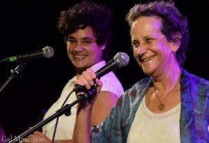 zwei Sängerinnen für den Frieden